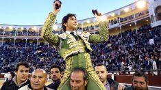 Andrés Roca Rey sale a hombros en Las Ventas (Foto: Efe).