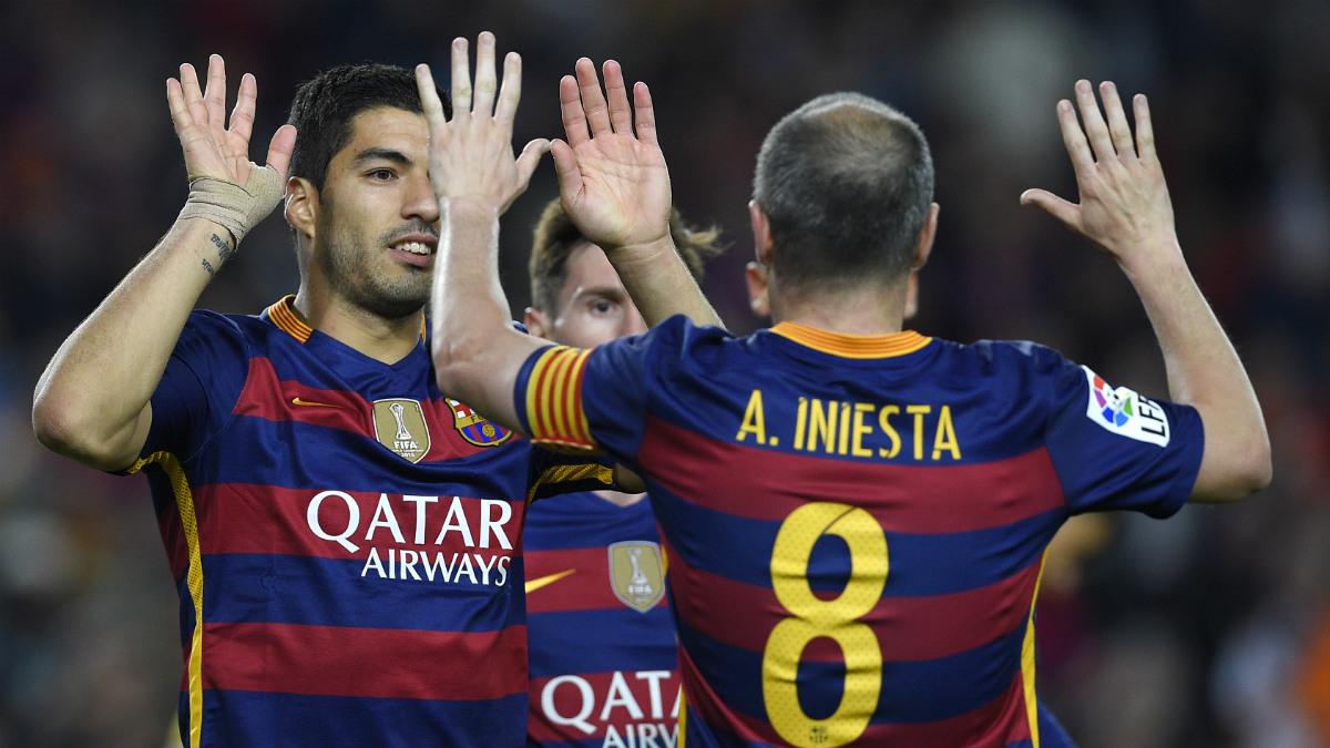 Iniesta celebra con Luis Suárez el título de Liga. (AFP)