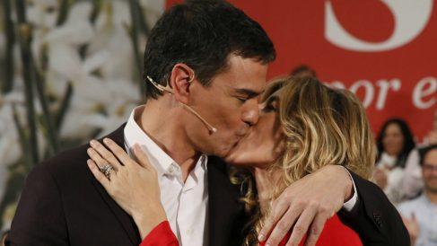 Pedro Sánchez y su mujer Begoña Gómez en un mitin en Móstoles. (Foto: EFE)