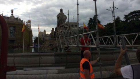 Operarios desmontan las vallas en torno a La Cibeles. (Imagen: @QuiqueDiazP)
