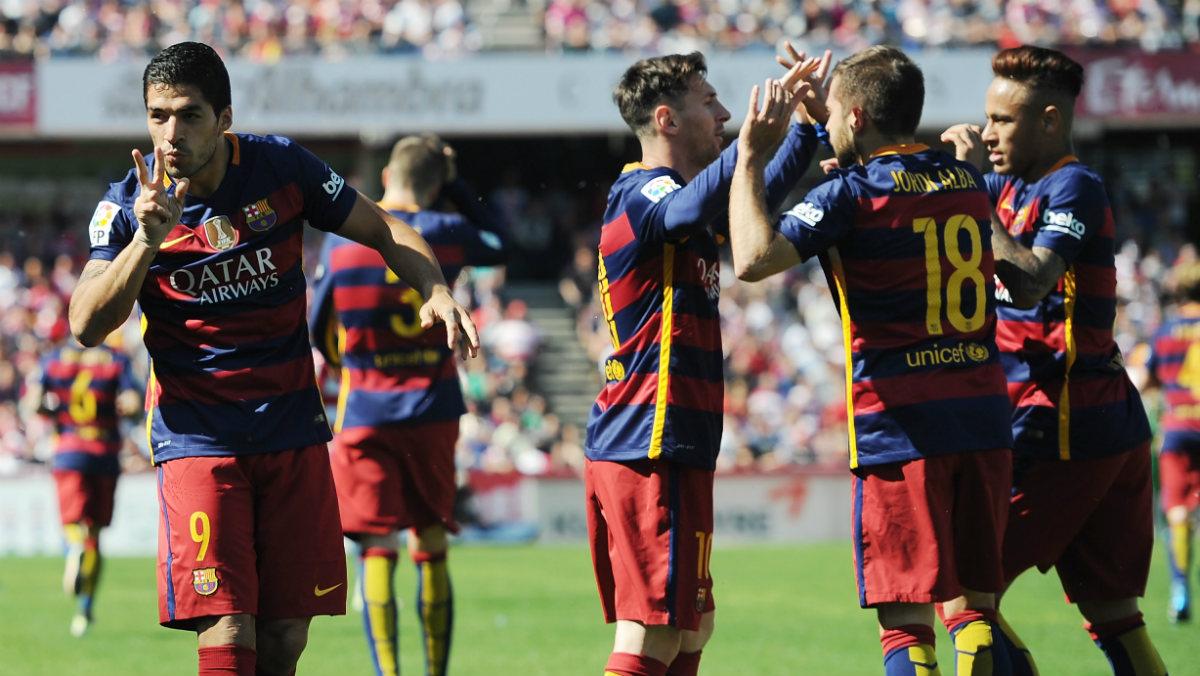 Luis Suárez, en primer término, celebra el segundo de sus goles con sus compañeros al fondo. (Getty)