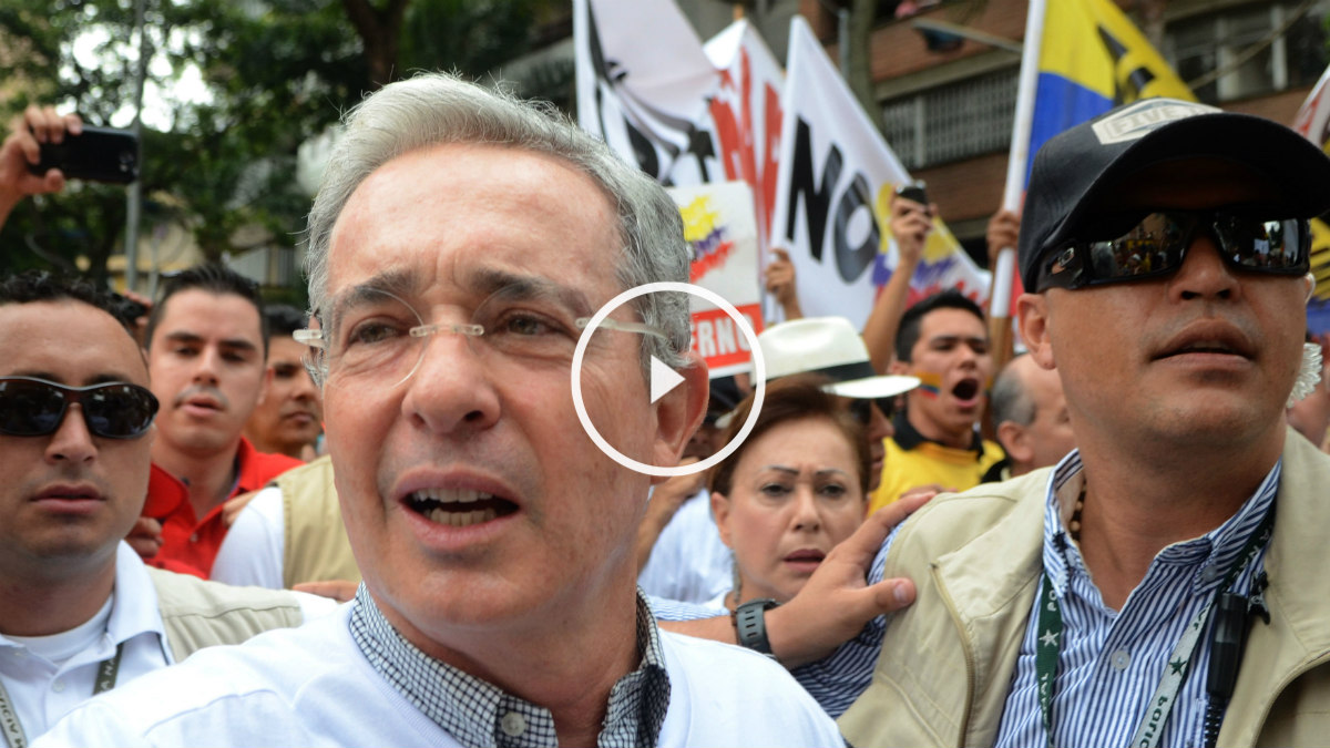 Los opositores toman las calles con Uribe a la cabeza en Colombia contra Santos. (AFP)
