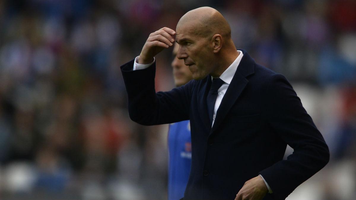 Zidane, en la banda del estadio de Riazor. (AFP)