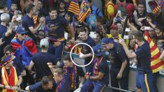 Los jugadores del Barcelona en la rúa por las calles de la ciudad. (EFE)
