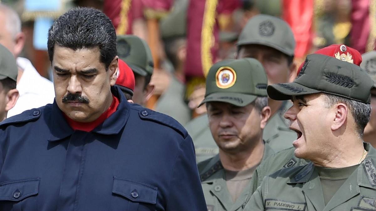 Nicolás Maduro, junto a miembros del ejército venezolano. (AFP)