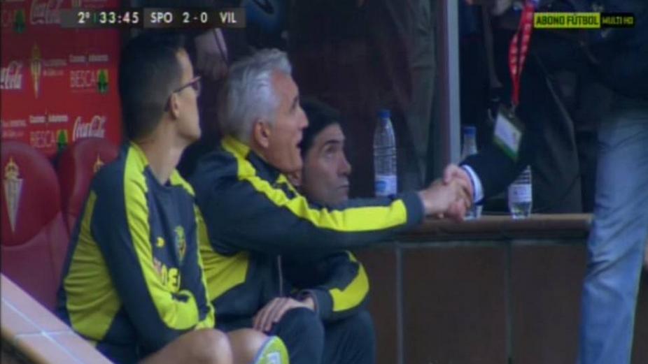 Uría, el segundo entrenador del Villarreal, dando la mano en pleno partido a un simpatizante del Sporting.