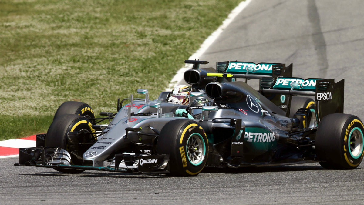 Los Mercedes, justo antes de colisionar en la primera vuelta. (EFE)
