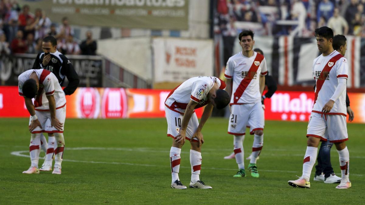 Los jugadores del Rayo, totalmente desconsolados en Vallecas. (EFE)
