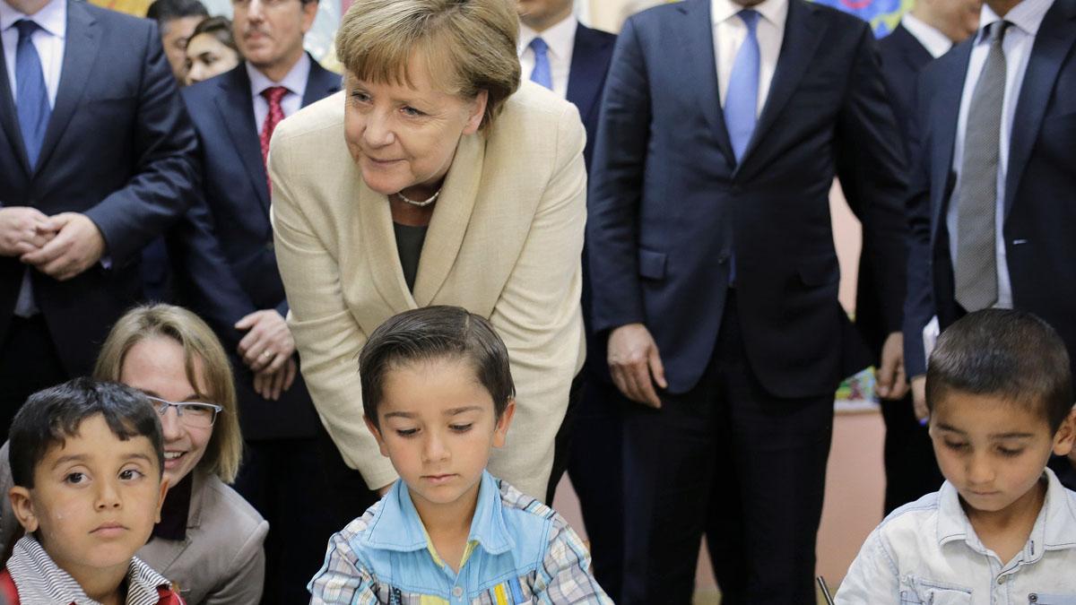 Merkel saluda a niños refugiados en la escuela. (Foto: AFP)