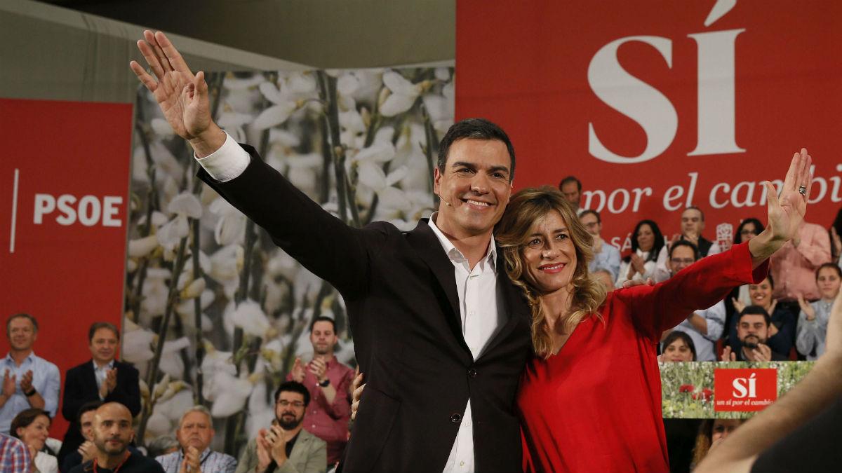 Pedro Sánchez y su esposa, Begoña Gómez. (Foto: EFE)