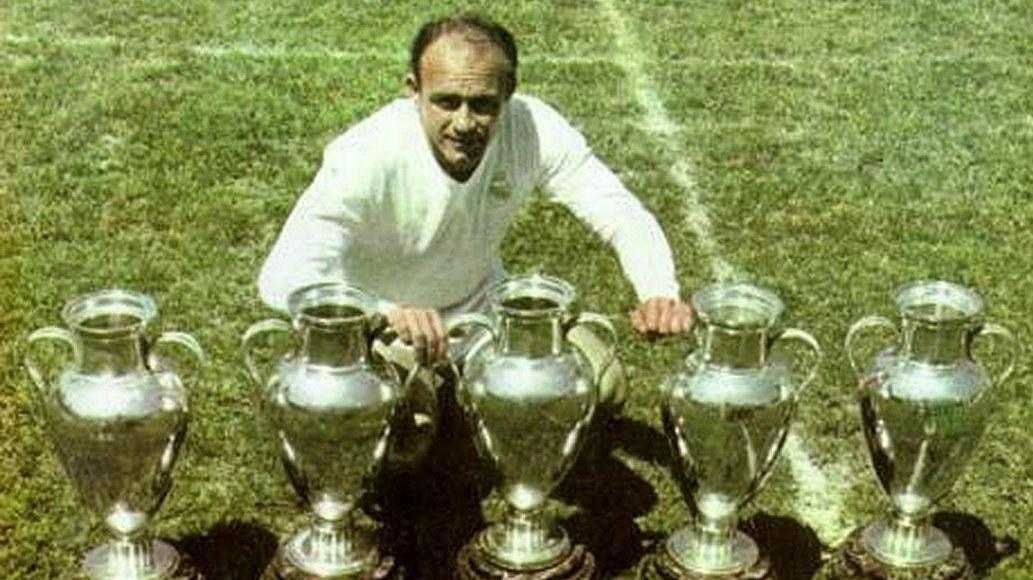 Alfredo Di Stefano con las Copas de Europa que quieren borrar.