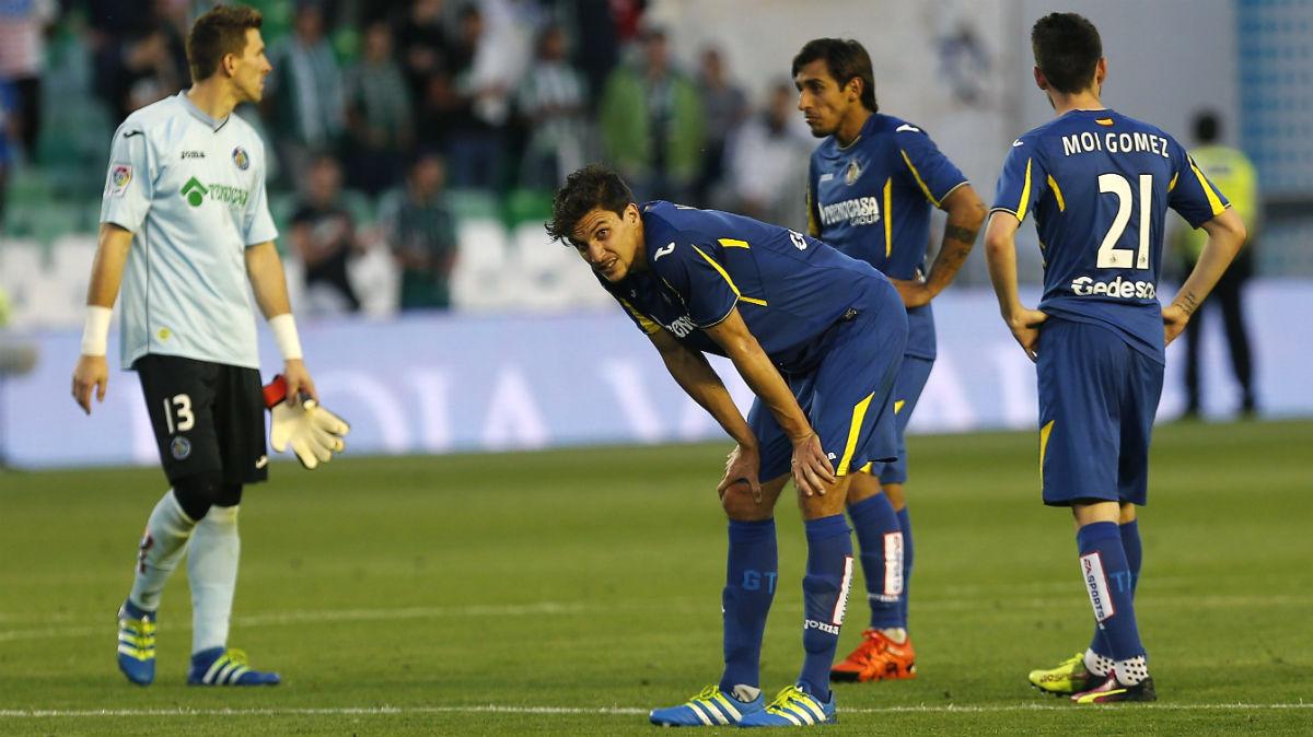 Los jugadores del Getafe, tras consumar el descenso en el Villamarín. (EFE)