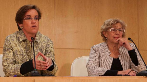 Puri Causapié (PSOE) con al alcaldesa Manuela Carmena presentando la Oficina plantando al Pleno. (Foto: Madrid)