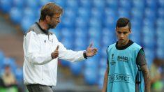 Coutinho dialoga con su entrenador Klopp en un entrenamiento. (AFP)