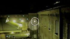 Las cámaras de vigilancia de una prisión británica ha capturado el momento en el que un preso se hace con un paquete ilegal transportado por un dron desde el exterior. (Video: BBC)