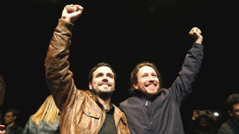 Los líderes de Podemos, Pablo Iglesias (d), y de Izquierda Unida, Alberto Garzón (i) (Foto: Efe)