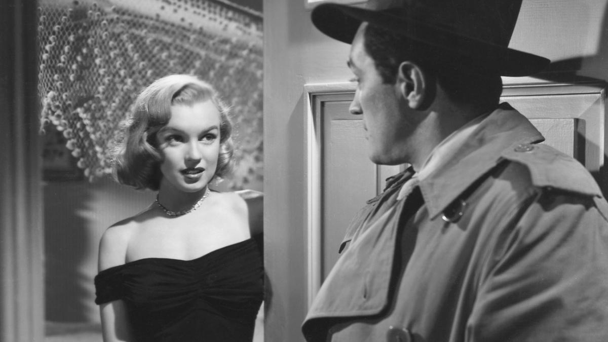 La actriz Marilyn Monroe en la película Jungla de Asfalto, el vestido que lleva será parte de la subasta.
