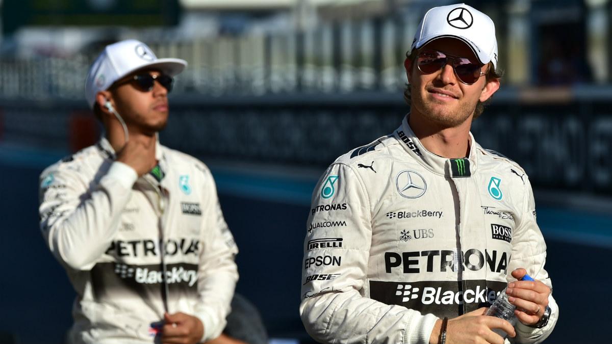 Nico Rosberg, con Hamilton detrás, antes de un Gran Premio. (AFP)
