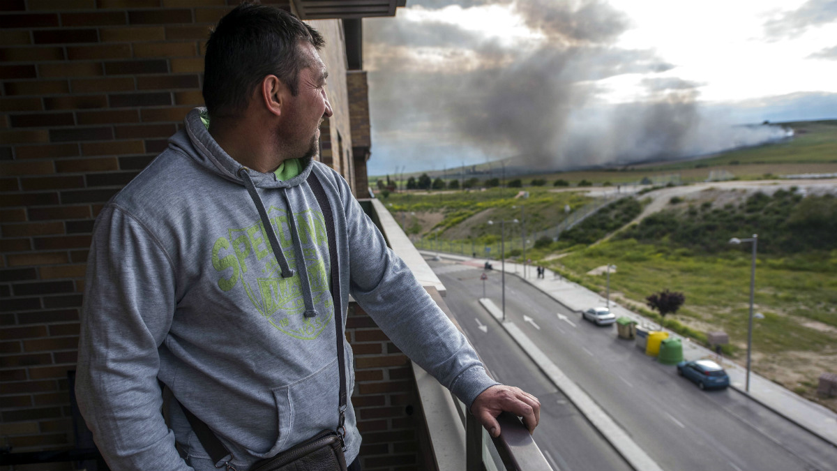 Un vecino de la urbanización 'El Quiñón' observa la columna de humo acercarse a sus casas. (Efe)