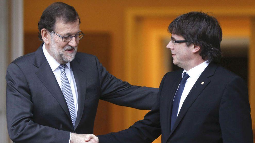 Mariano Rajoy con Carles Puigdemont. (Foto: EFE)