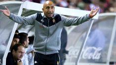 Abelardo da instrucciones durante un partido con el Sporting. (Getty)