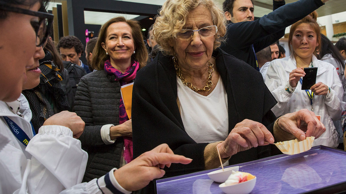 La exjueza Carmena degustando un producto. (Foto: Madrid)