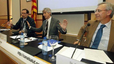 El jefe de microbiología del Vall d'Hebron, T. Pumarola (i); el subdirector catalán de salud, J.M. Argimón, y el jefe de pediatría del Hospital, C. Rodrigo, en rueda de prensa por el retrovirus A71. (Efe)
