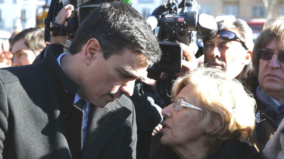 Pedro Sánchez y Manuela Carmena. (Foto: EFE)