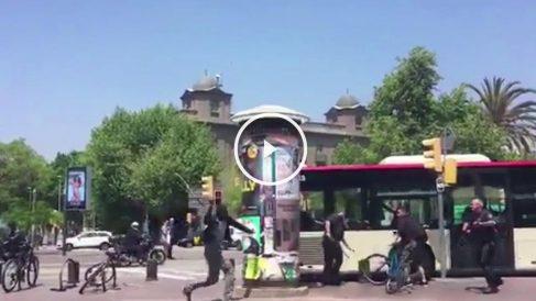 El vídeo publicado en Twitter por @ejimenezcara muestra la agresión en la Barceloneta