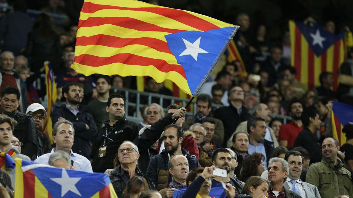 Esteladas en el Camp Nou. (Foto: AFP)