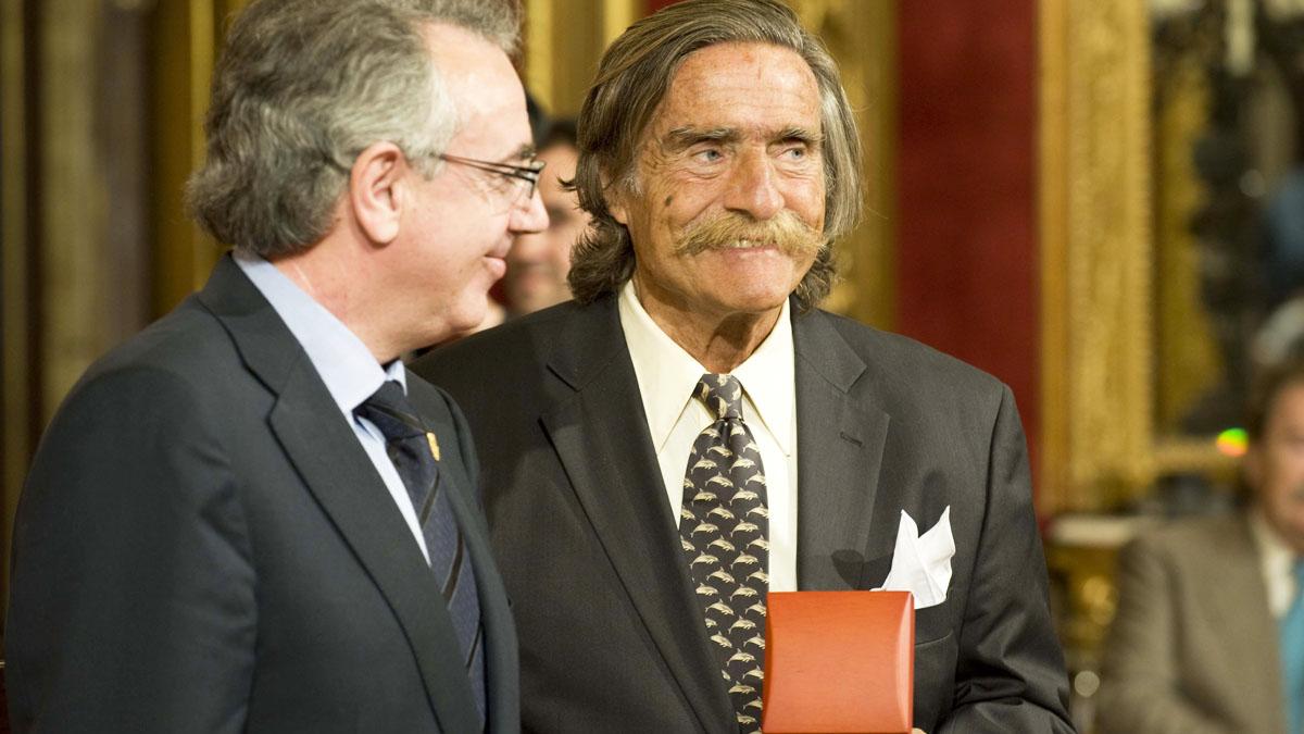 Miguel Sanz impone a Miguel de la Quadra-Salcedo la Cruz de Carlos III el Noble en 2009. (Foto: Gobierno de Navarra)