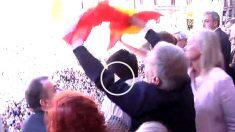 Un concejal del PP desplega la bandera española en el balcón del Ayuntamiento de Barcelona.