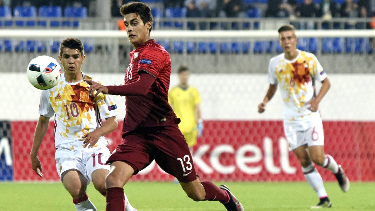 Brahim Díaz pelea el balón con el portugués Diogo Leite durante la final. (AFP)