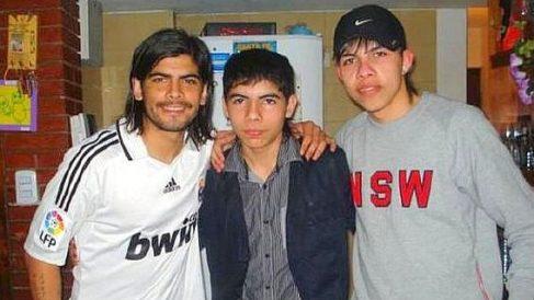 Banega, con la camiseta del Real Madrid, junto a sus hermanos.