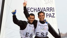 Fernando Echávarri, intengrante del equipo español de vela, a la derecha junto a Anton Paz su compañero en Pekín. (AFP)