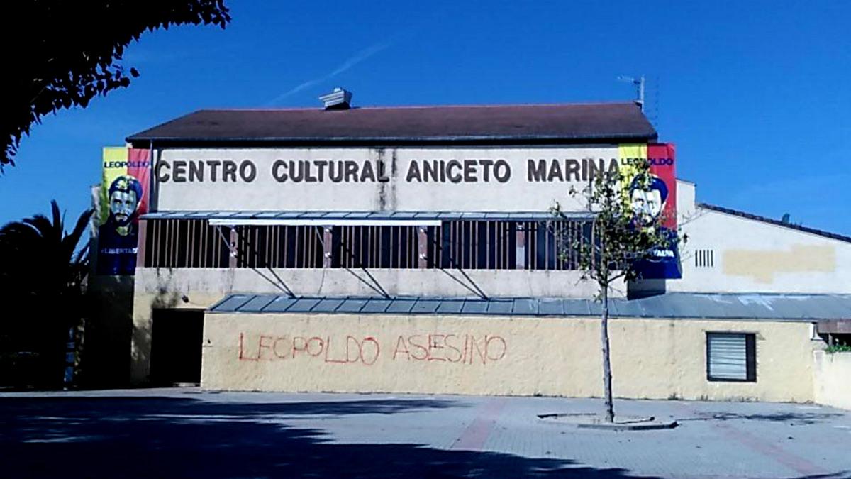 Fachada del centro cultural de Brunete con la pintada 'Leopoldo asesino' contra el preso político venezolano.