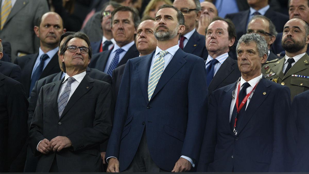 Felipe VI, en el palco del Camp Nou, junto a Villar y Artur Mas. (Reuters)