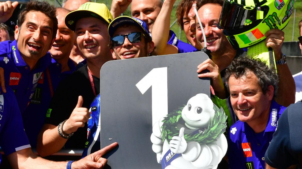 Rossi celebra con su equipo la pole en Mugello. (AFP)