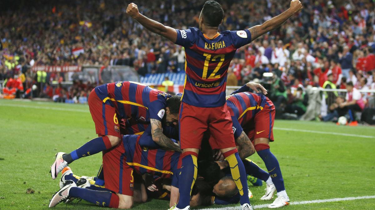 Los jugadores del Barcelona celebran el gol de Alba. (Reuters)