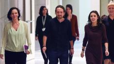 Bescansa junto a Pablo Iglesias e Irene Montero. (Foto: AFP)