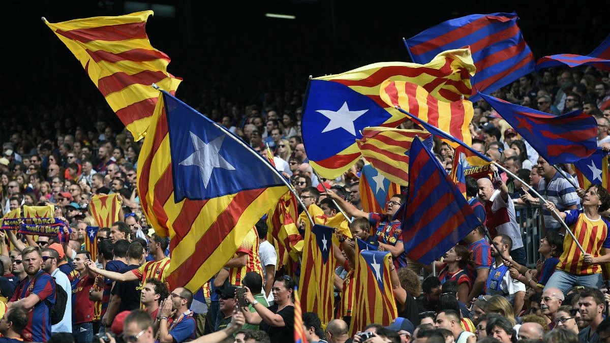 Banderas esteladas en el Camp Nou. (Foto: AFP)