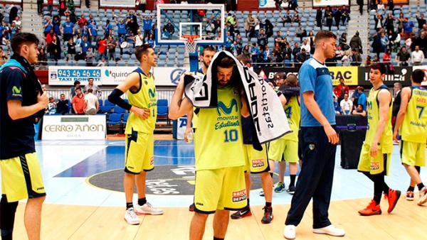 Los jugadores del Estudiantes, totalmente hundidos tras su derrota en San Sebastián. (ACB)