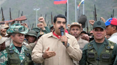 El dictador venezolano Nicolás Maduro, junto a las tropas en La Guaira. (Reuters)