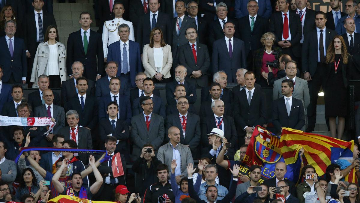 El palco del Vicente Calderón con Carmena con unos colores llamativos. (EFE)