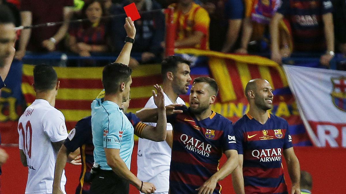 Del Cerro Grande enseña la roja directa a Mascherano. (AFP)