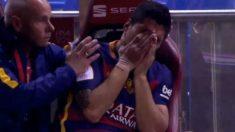 Luis Suárez llora en el banquillo.