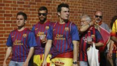 Aficionados del Barcelona con la bandera de España en las inmediaciones del Calderón.
