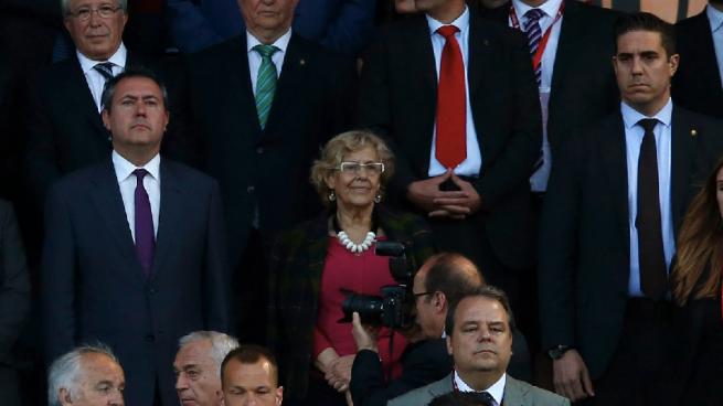 Carmena se sale con la suya: irá con su nieto a la final de Milán y dejará a su marido en casa