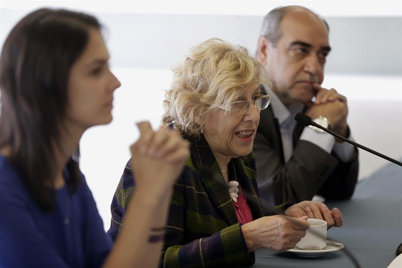 Carmena ante la prensa en El Retiro con su portavoz, Rita Maestre, y su jefe de prensa, Jesús Duva. (Foto: EFE)