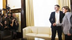 Carme Forcadell estrecha la mano del etarra Arnaldo Otegi en su visita al Parlament. (Foto: EFE)